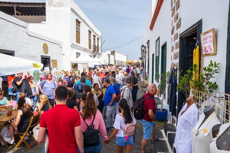 Teguise, Lanzarote, Ilhas Canárias, Espanha - 24 de março de 2019: O mercado tradicional da cidade de Teguise atrai como cada dom fotografia de stock royalty free