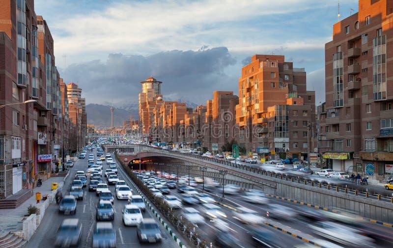 Teheran Cityscape med solbelysta Navvab byggnader och bilar som passerar till och med den Tohid tunnelen arkivbilder