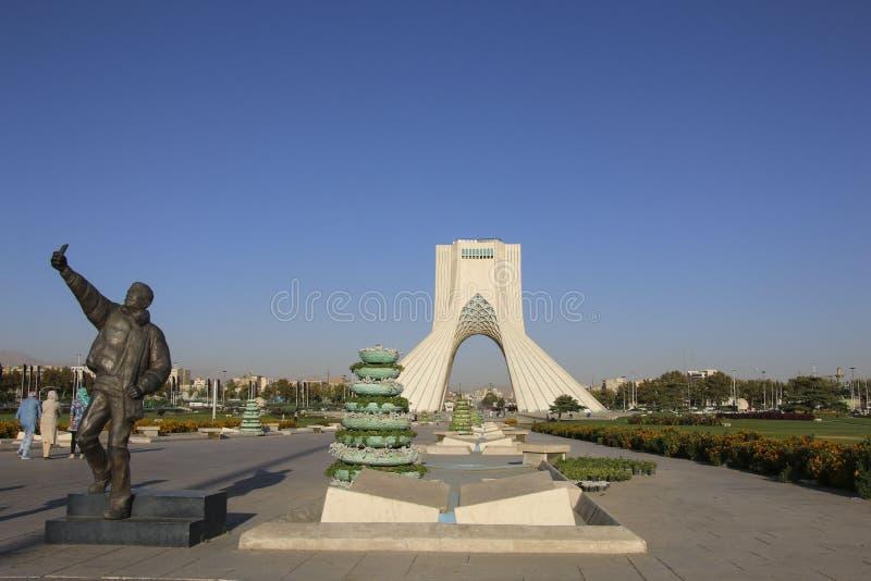 TEHRAN, IRÃ - 17 DE SETEMBRO DE 2018: Torre de Azadi conhecida como o xá imagens de stock