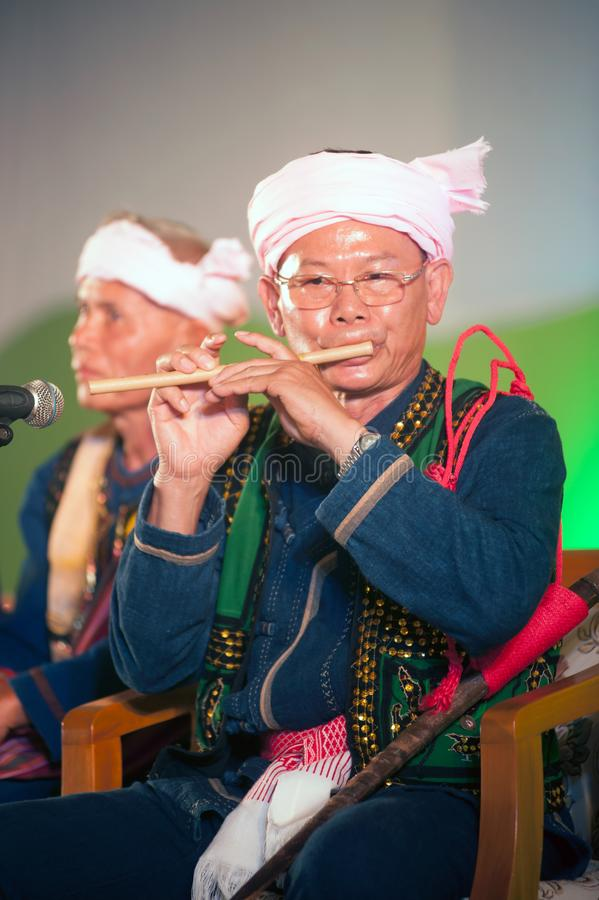 Tei stara męska mniejszość z tradycyjnym odziewa bawić się bambusowego flet fotografia stock