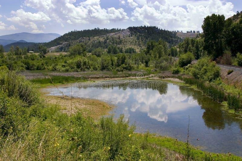Teich, Berge und Grün in Helena Montana stockfotos