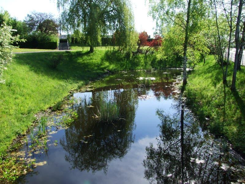 Teich durch den Park in der Stadt von Gossau lizenzfreie stockbilder