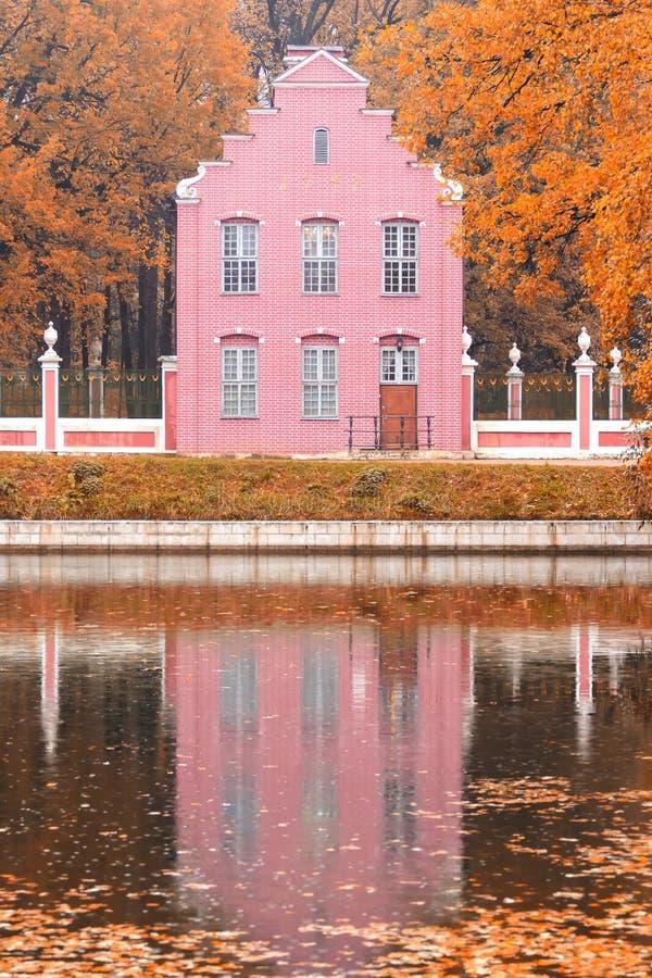 Teich und ein altes niederländisches Haus in der Herbstlandschaft in Moskau, Kuskovo, Russische Föderation lizenzfreie stockfotografie