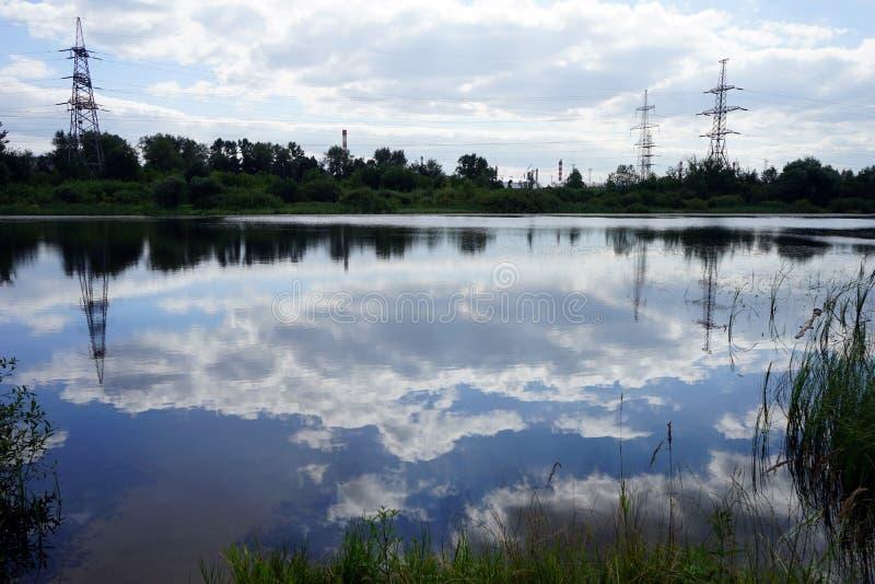 Teich und Masten stockfotografie