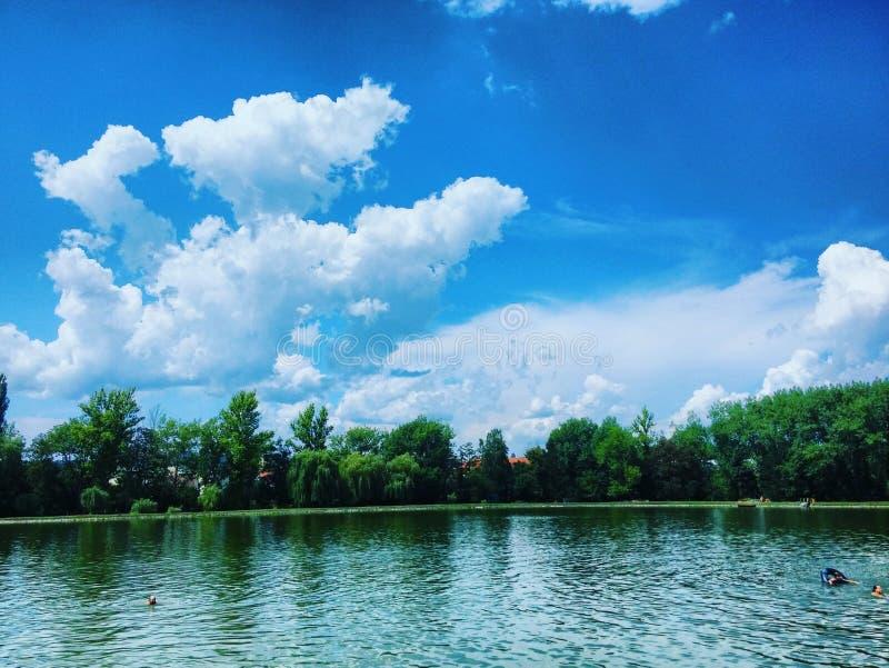 Teich und Wolken auf Himmel lizenzfreies stockbild