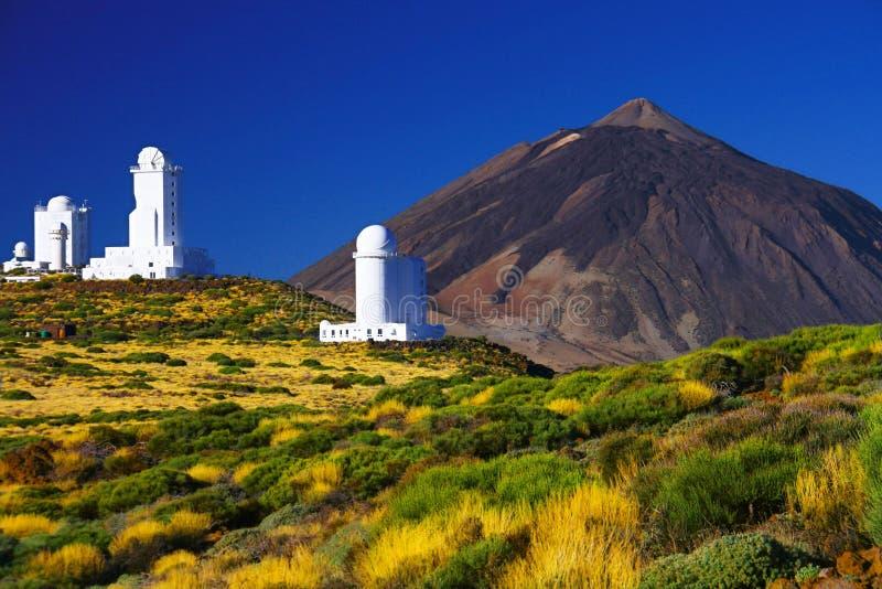 Teidewaarnemingscentrum - wetenschappelijke astronomische telescoop met Teide-berg op achtergrond, het eiland van Tenerife, Spanj stock afbeelding