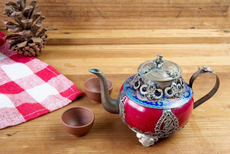 Teiera cinese d'annata fatta di vecchi giada ed argento del Tibet con il Mo immagini stock