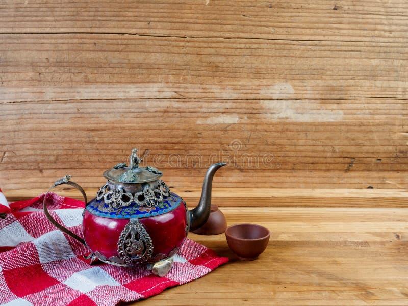 Teiera cinese d'annata fatta di vecchi giada ed argento del Tibet con il Mo fotografia stock libera da diritti