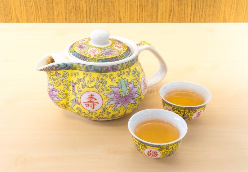 Teiera cinese messa con due piccole tazze di tè immagini stock