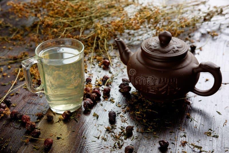 teiera con la tazza di tè verde terapeutico di erbe fotografia stock libera da diritti