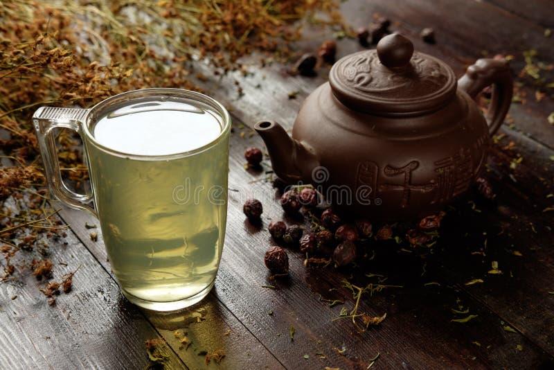 teiera con la tazza di tè verde terapeutico di erbe fotografie stock libere da diritti