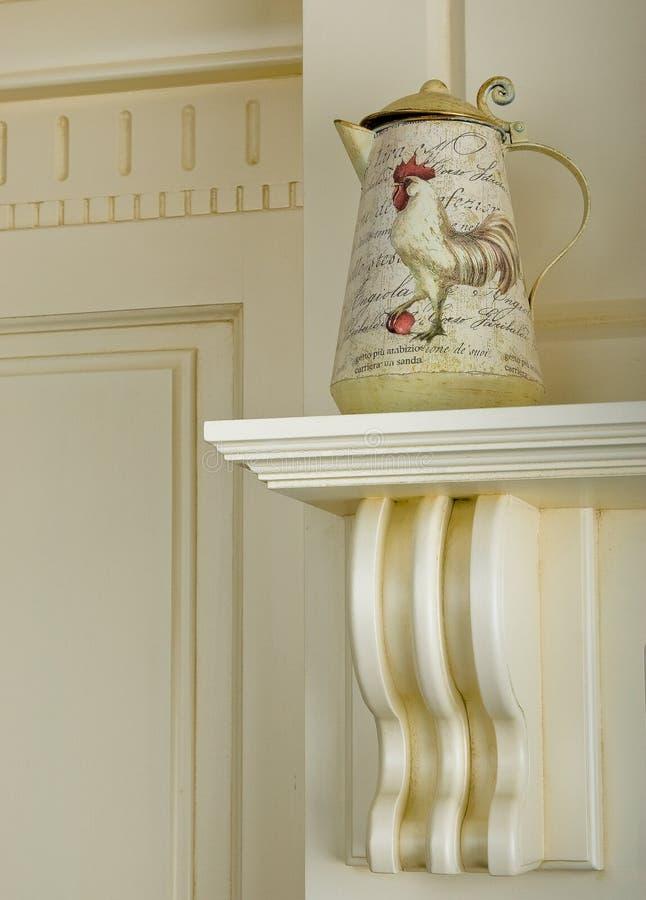Teiera d'annata del metallo con il modello del gallo Pittura disegnata a mano dell'acquerello sul fondo bianco immagine stock libera da diritti