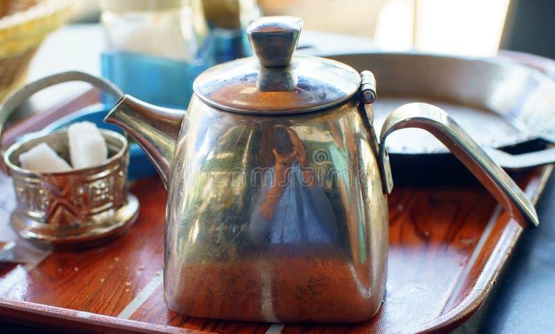 Teiera d'argento tradizionale marocchina fotografia stock libera da diritti