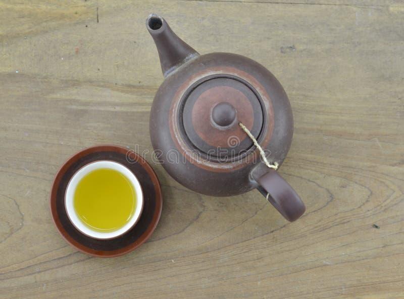 Teiera di tè fresco sul pavimento di legno fotografia stock libera da diritti