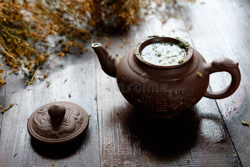 teiera di tè verde terapeutico di erbe fotografia stock