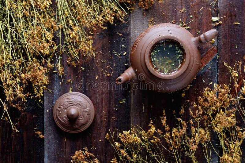 teiera di tè verde terapeutico di erbe fotografie stock libere da diritti