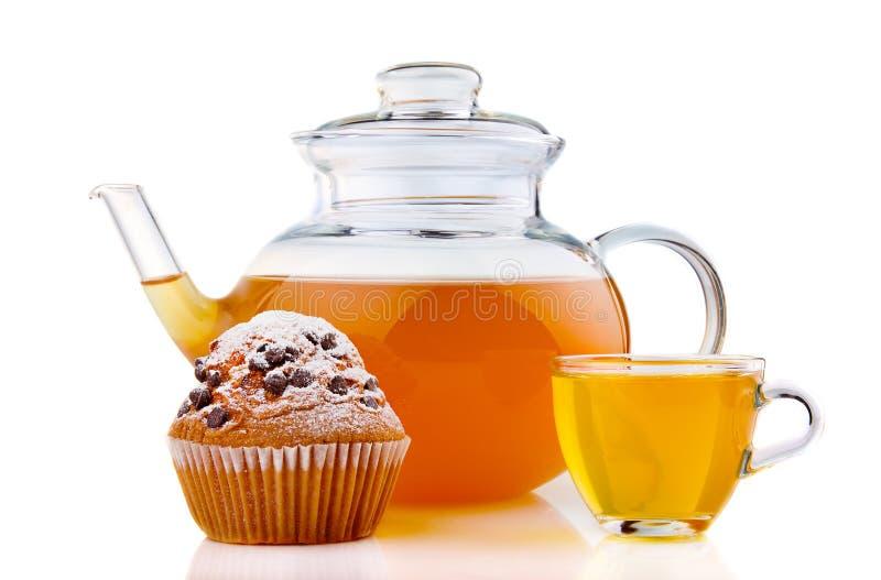 Teiera di vetro e della tazza con il dolce isolato su bianco fotografie stock libere da diritti