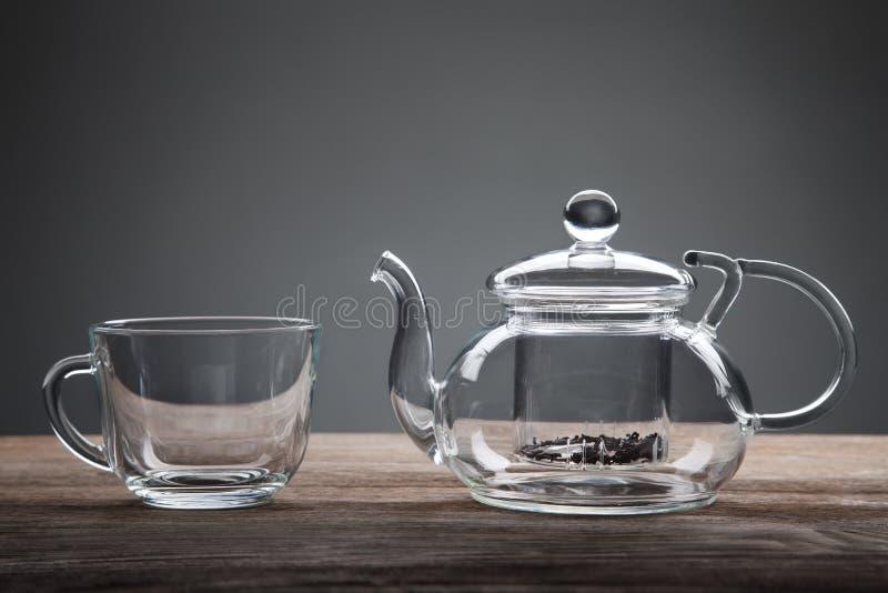 Teiera e tazza di tè sulla tavola di legno fotografie stock
