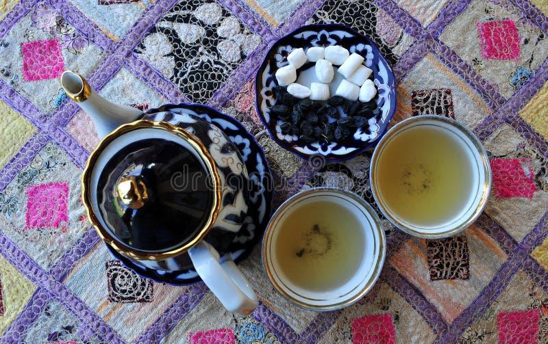 Teiera e tazze nello stile tradizionale dell'Uzbeco fotografie stock