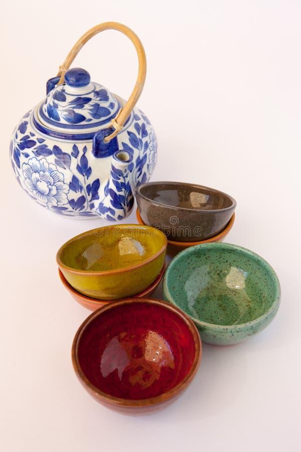 Teiera floreale blu e bianca con i piatti ceramici immagine stock libera da diritti
