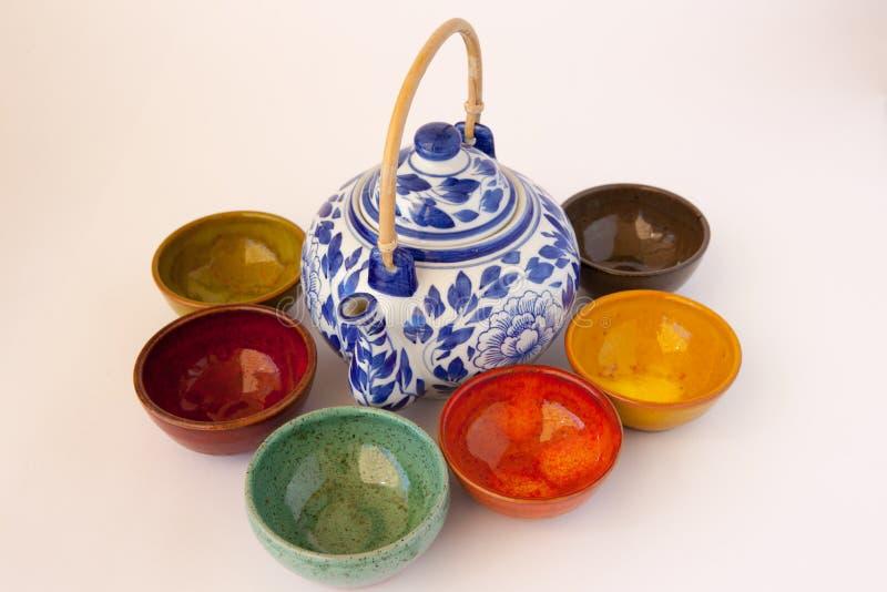 Teiera floreale blu e bianca con i piatti ceramici fotografia stock libera da diritti