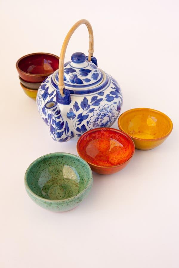 Teiera floreale blu e bianca con i piatti ceramici fotografia stock