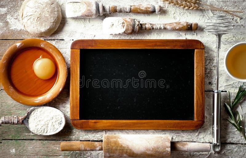 Teig mit Mehl auf einem alten Hintergrund lizenzfreie stockfotografie