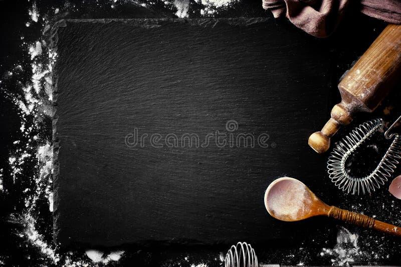 Teig mit Mehl auf einem alten Hintergrund stockbild
