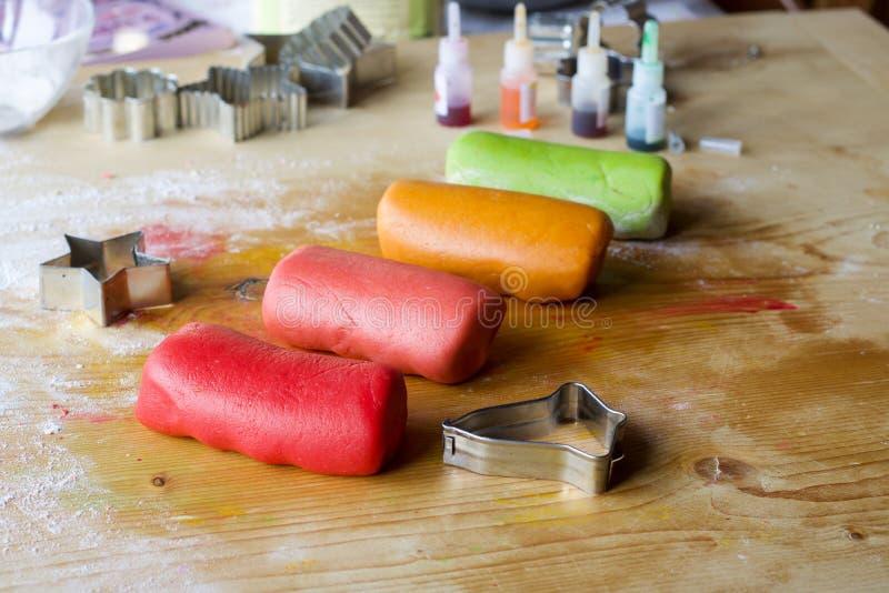 Teig vier in den verschiedenen Farben, zum von Keksen zu machen stockbilder