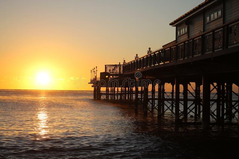 Teignmouth-Pier bei Sonnenaufgang lizenzfreie stockfotos