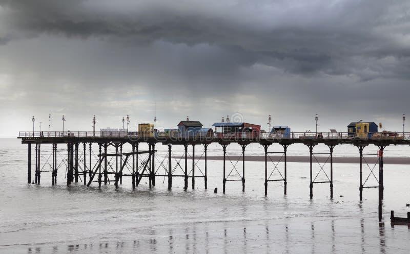 Teignmouth pir i regnet, Devon, England fotografering för bildbyråer