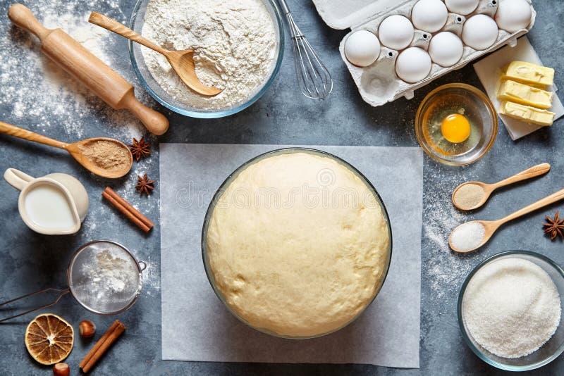 Teigvorbereitungsrezeptbrot, -pizza oder -torte, die ingridients, flache Lage des Lebensmittels auf Küchentisch machen lizenzfreie stockfotos