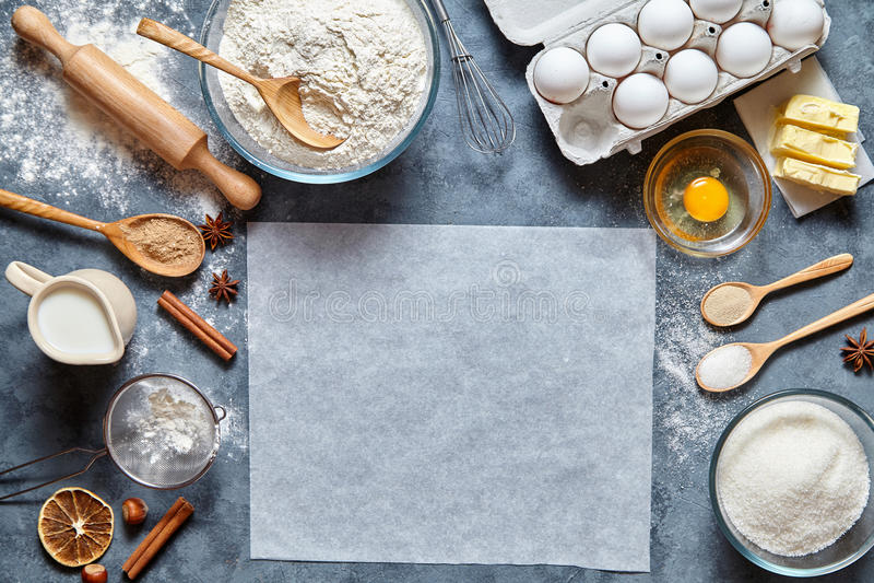 Teigvorbereitungsrezeptbrot, -pizza oder -torte ingridients, flache Lage des Lebensmittels auf Küchentisch lizenzfreies stockbild