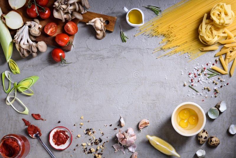 Teigwaren asortment mit Veggiebestandteilen Italienischer ciusine Fest-Lebensmittelrahmen Draufsicht, Kopienraum lizenzfreie stockfotos