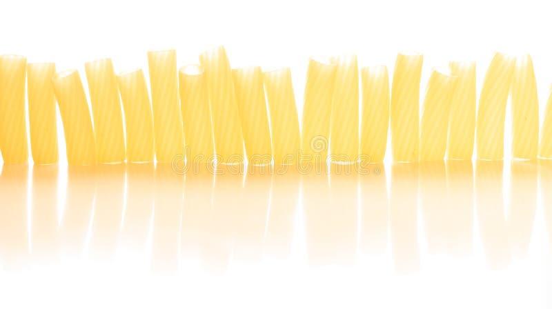 Teigwaren auf einer Draufsicht des weißen Hintergrundes stockfotos