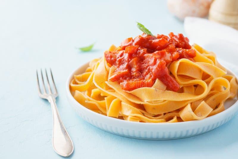 Teigwaren, Bandnudeln mit Tomatensauce und grüner Pfeffer stockbild