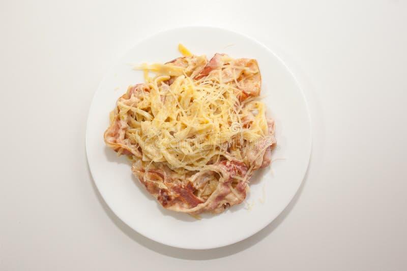 Teigwaren Carbonara zu Hause gekocht entsprechend dem italienischen Rezept lizenzfreies stockbild