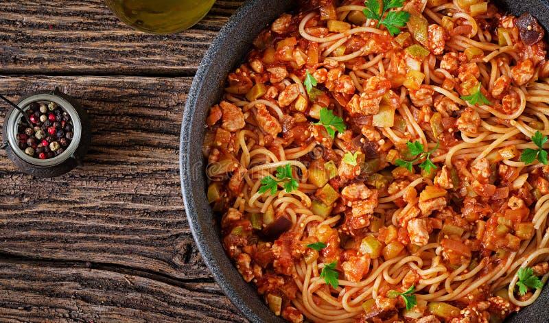 Teigwaren der Spaghettis von Bolognese mit Tomatensauce, Gemüse und Hackfleisch stockbilder