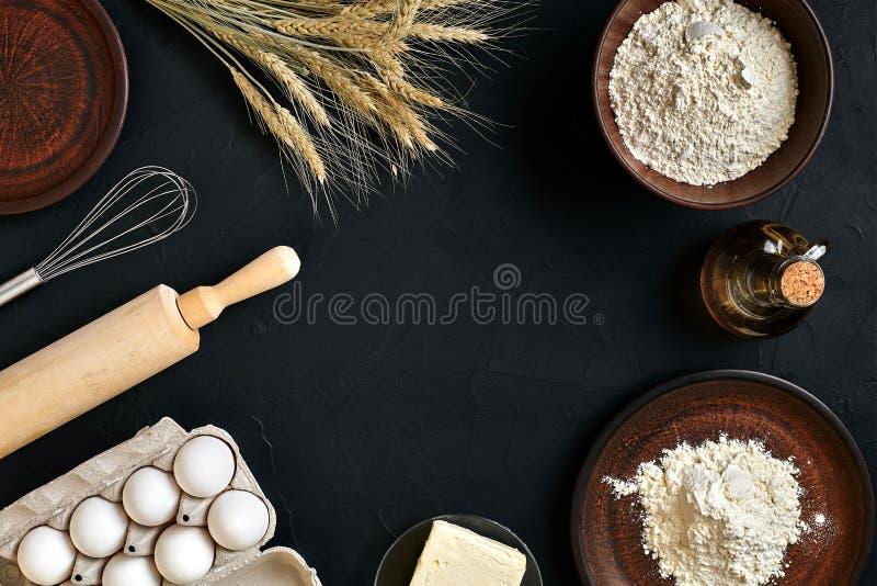 Teigwaren, die Bestandteile auf schwarzem Küchentisch kochen Draufsicht mit Raum für Ihren Text stockfotografie