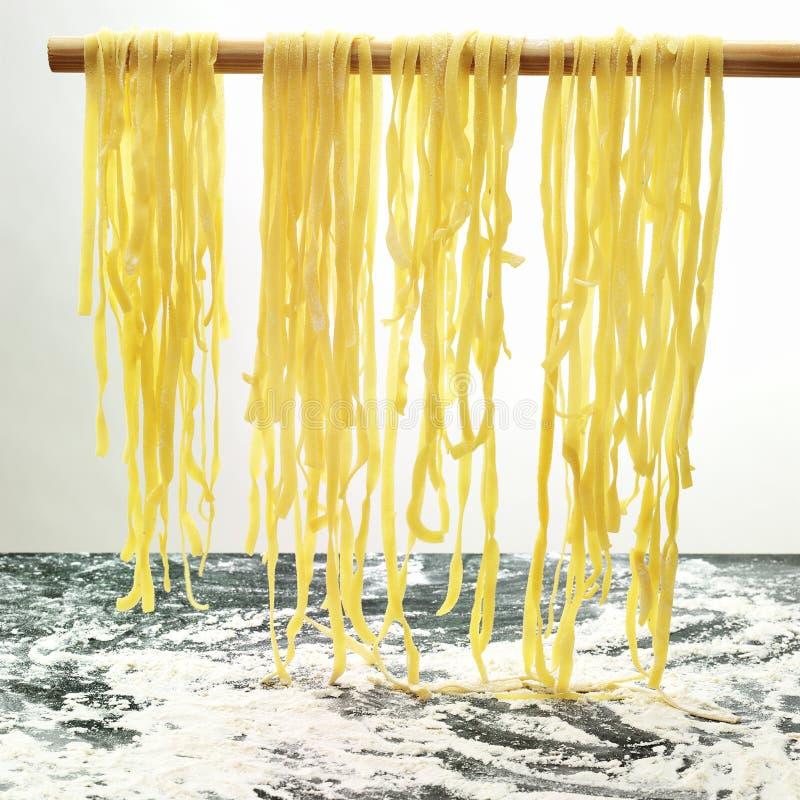 Teigwaren, die hängen, um in der Küche zu trocknen stockfoto