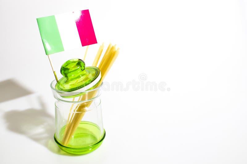 Teigwaren in einem Glas mit der italienischen Flagge lokalisiert in einem weißen Hintergrund stockfotos