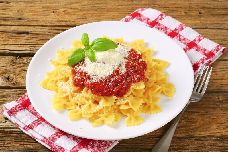 Teigwaren farfalle mit Tomatensauce und Käse stockfotografie