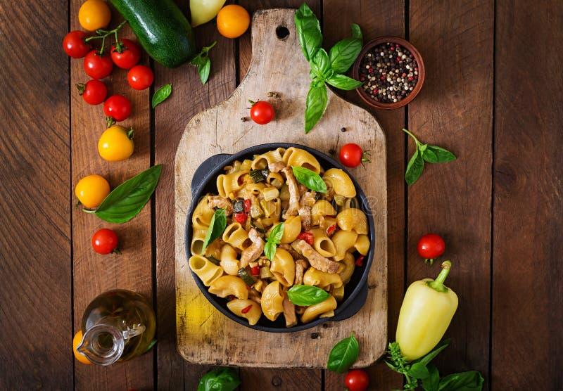 Teigwaren Gomiti Rigati mit Fleisch und Gemüse stockfotografie