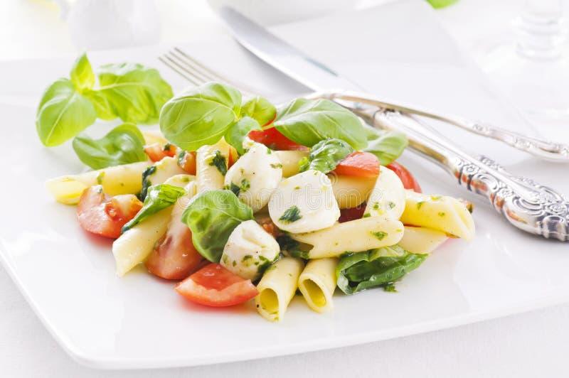Teigwaren mit caprese Salat lizenzfreies stockbild