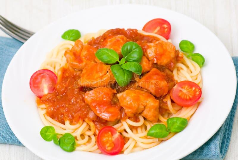 Teigwaren mit der Hühnerbrust in der Tomatensauce lizenzfreies stockfoto