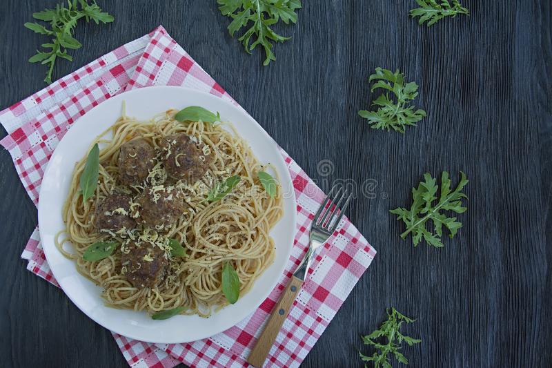 Teigwaren mit Fleischklöschen und Petersilie in der Tomatensauce Dunkler h?lzerner Hintergrund Ansicht von oben stockfotografie