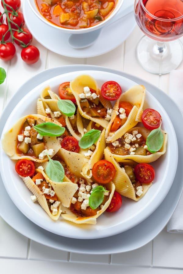 Teigwaren mit Gemüseeintopfgericht stockfotos