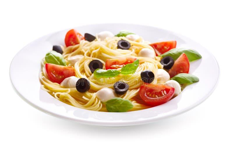 Teigwaren mit Mozzarella und Tomaten lizenzfreie stockbilder