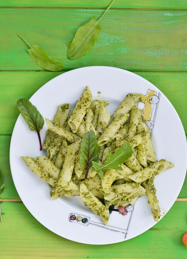 Teigwaren mit Pesto sause lizenzfreie stockfotos