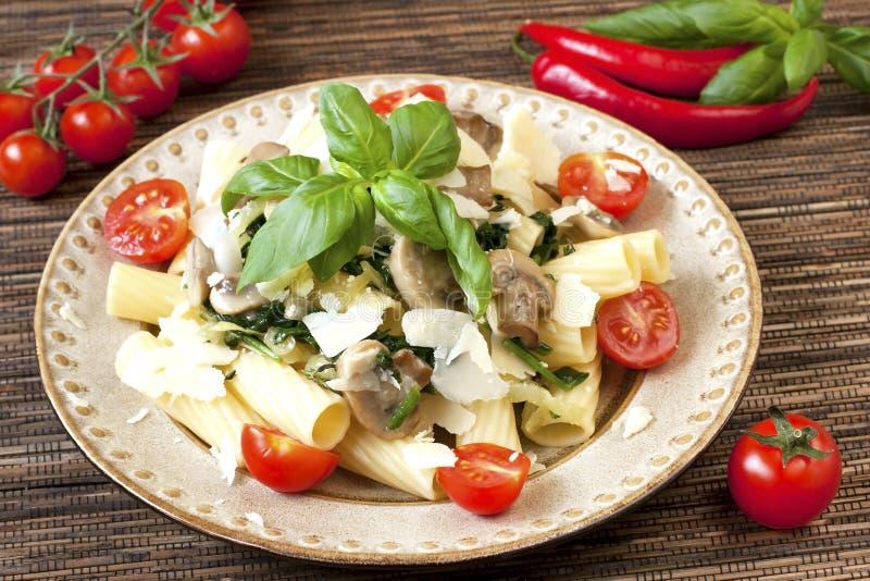 Teigwaren mit Pilzen, Gemüse und Soße stockbilder